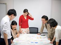 https://iishuusyoku.com/image/皆と協力し、議論し、何度もやり直したり立ち返ったりしながら、難関を突破していく。チームワーク抜群の社内です。