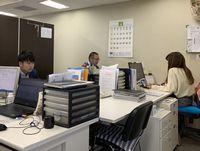 https://iishuusyoku.com/image/明るく快適なオフィススペース。若手でも、自分の考えを自由に発言できる、風通しの良い雰囲気です。