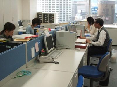 https://iishuusyoku.com/image/みなさん、仕事に集中しています。男性スタッフが活躍している職場です。