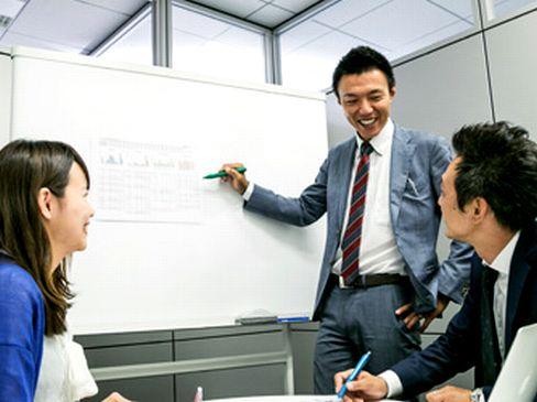 https://iishuusyoku.com/image/スタッフ全員で全プロジェクトの情報を共有し、よりよい提案・課題解決のためにアイデアや意見を出し合います。チームワークがよく、新しいことにどんどんチャレンジできる社風です。