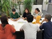 http://iishuusyoku.com/image/アカウント(企画営業)と制作チームが一体となってプロジェクトを進行。チーム全員でディスカッションを行います。