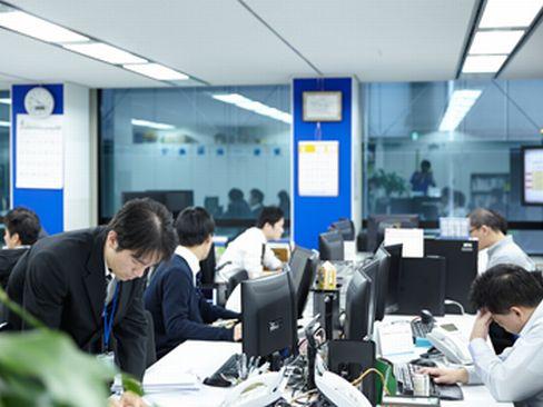 https://iishuusyoku.com/image/社内の様子です。土日祝休みで、残業も月平均20hと少なめ。人気エリア「梅田駅」から徒歩すぐの好アクセスなので、通勤にとっても便利です♪