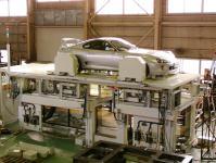 タイヤの取付角度を測定するアライメントテスタ。進化を続け、国内外の自動車メーカーに導入されています。