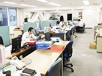 https://iishuusyoku.com/image/営業部のオフィスです。20代の若手から50代のベテランまで揃うアットホームな部署。共通の趣味は、やっぱり「食」です(笑)