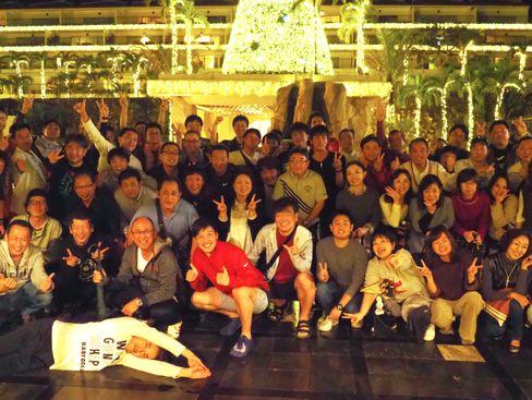 https://iishuusyoku.com/image/60年の節目のときの社員旅行の写真です。社員の平均年齢は39歳、ゴルフ好きの社員ばかりで、ほとんどの社員がゴルフをしています。