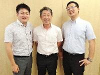 http://iishuusyoku.com/image/いい就職プラザを通じて入社した先輩が活躍中!写真の中央が社長で、その両隣がいい就職を通じて入社した先輩です!