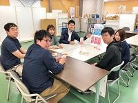 https://iishuusyoku.com/image/新商品をどのように提案、ディスプレイしていくか、若手が集まってディスカッション!みんなで知恵を出し合います。