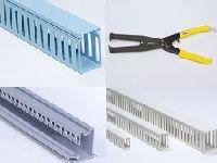 同社が製造する国内トップシェアの「配線ダクト」です。色、形、素材、お客様のニーズに合わせ様々なタイプを制作しています。