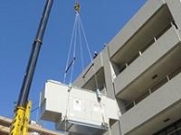 非常用発電設備は、ビルの屋上にクレーンで設置することも。安全な作業が行われるよう監督するのも重要な仕事です。