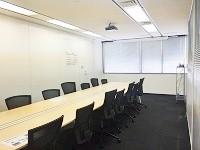 日々打ち合わせが行われる会議室です。ここでヨガ教室が開催されることも!