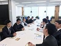 https://iishuusyoku.com/image/「会社はチームであり、常にチームプレーに徹すること」という社訓を掲げ、野球やサッカーと同じようにみんなで一つのボールを追っています。
