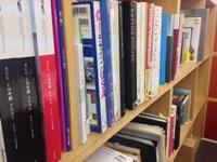 ズラリと並ぶ参考書籍。いつでも必要な知識を勉強できる環境がありますし、必要があれば外部機関を利用しての勉強も可能です。