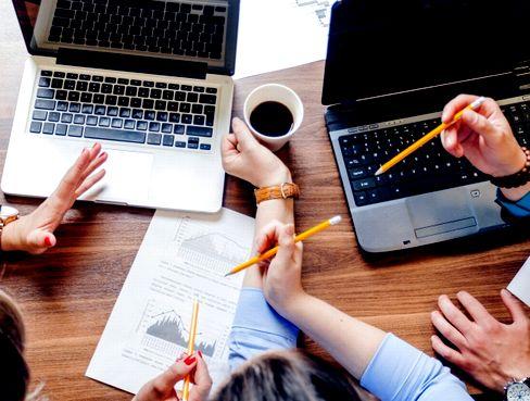 《チーム制で安心/未経験OKのIT求人》プロジェクトは長期的なものが多いため、必要以上の残業は発生しません。残業は月平均10h以内、年間休日も120日以上となり、公私ともに充実した働き方を目指せます!
