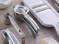 国内トップシェアを誇るカミソリをはじめキッチン用品、製菓用品、ビューティケア用品、 医療用品など現在1万点にもおよぶアイテムを 世界各地へと展開しています。