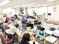 オフィスの様子です。幅広い年代の社員が揃う社内。社員同士のコミュニケーションも良く、明るく活気のある空間です。