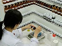 同社には香りを奏でる調香師、正確に香料を形作っていく腕利きのスタッフがおります!また、研究所には「オルガン台」と呼ばれる調香台がいくつもあります。