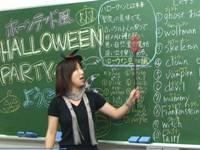 クリスマス衣装やハロウィンの衣装、元旦には振袖を着て授業するなど生徒と共にワクワクできることを考え実行に移している。
